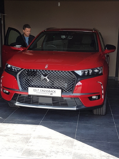 Pete Snodden, DS Store NI Ambassador, drives away in his new Prestige DS7 CROSSBACK!